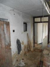 Z okýnka budou dveře do technické místnosti, která bude ze staré koupelny.