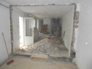pohled na obě vybourané příčky, zeď se postaví o metr a půl dozadu, vznikne technická místnost
