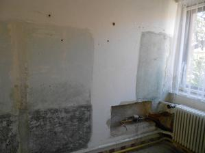Ta bílá neškrabaná zeď bude vchod z předsíně do kuchyně.