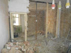 """31.7. - Zbourána většina """"příčky"""" - středové nosné zdi. To to trvalo, než ji Honzík zastojkoval, málem nám spadl na hlavu strop!"""