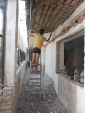 Otloukání stropu, bylo tam neuvěřitelné množství prachu, nakonec to Honzík rovnou vytrhával s prkny. Po celém domku byl černý dým prachu!