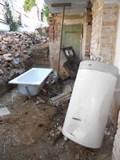 Do vany chytáme dešťovku, stále jediný zdroj vody v domku.