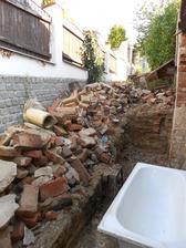 Zbouraná zídka, udírna a suchý záchod.