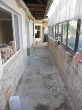 Hrozná práce - rozbití a vytrhání těžkých betonových dlaždic. Pod nimi byli dva betony.