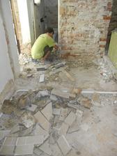 Ty velké kusy podlahy jsem vytrhala já! :-)