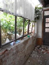 Honzíkovi spadly futra na verandu.