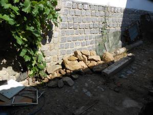 Začali jsme budovat skalku a kameny stále přibývají.