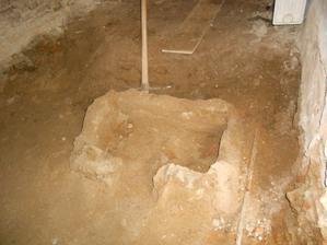 Jako zkušená archeoložka jsem provedla, jak by řekl doc.Klíma, sondu a našla... hmmm... korýtko?
