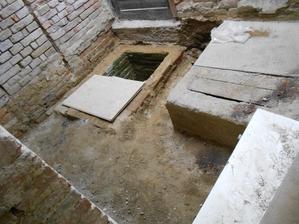 Vodárna srovnána, ale studna stále překáží, výjimečně dobrý beton, takže se musí počkat na elektřinu.