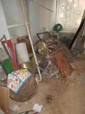 Poslední pohled na kupu železa, odvezli jsme ho i s radiátory. Bylo toho skoro tunu! A to byl dům prázdný.