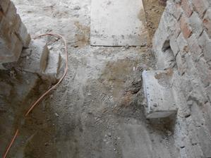 Schodek odbourán, jen se nechal kousek na míru čisté podlahy pro celý domek.