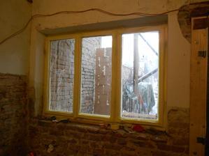 Okno se zachovává, bylo odklizené na půdě, ale kvůli zimě muselo na původní místo. Je oblepené páskou, ne, není žluté.