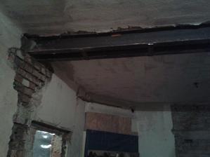 Traverzy zapuštěné ve starém komínu, který je vylitý betonem.
