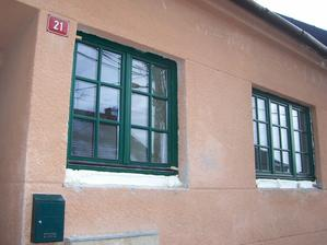 Okapnice - podle mě antracit, podle paní oknařky tmavý bronz. ;-)