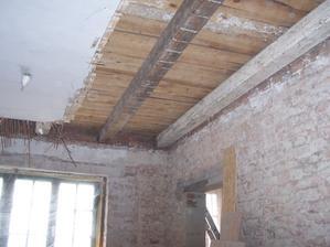 19.2.2013 Odkrývání stropu v kuchyni.