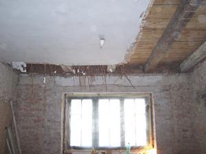 Odkrývání stropu v kuchyni.