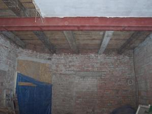 Odkrytý strop v obýváku.