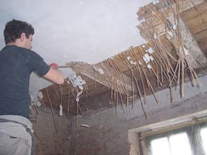 Strhávání stropu kuchyni.