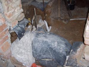 Zakrytý beton, kterým jsme spravovali základy.