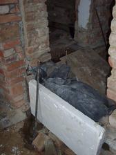 Další beton na základech zdí.