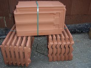 Tondach Francouzská 14 řežná. Typická brněnská křidlica (= taška). Navazujeme postupně na původní, časem vyměníme celou střechu.