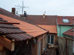 19.4.2013 Jak jinak, než že by pršelo celé pokrývání střechy. Pršet přestalo na pauzu na oběd a po dokončení. Pak bylo 14 dnů sucho. Typické! :-D