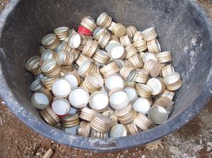"""23.4.2013 Byli jsme hodit """"pár"""" lahví od meruňkovice a od vodky do kontejneru. Neboli jeli jsme 5x s kolečkama naloženýma dvěma 60ti litrovými pytli na odpadky plnými prázdných sklenic. Jako největší alkáči! :-D No dědek se před námi vážně činil!"""