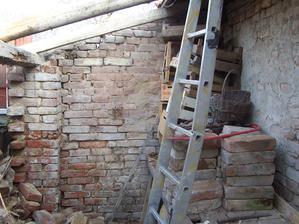 Zeď k sousedovy je také velmi chatrná, ale zatím musí vydržet.
