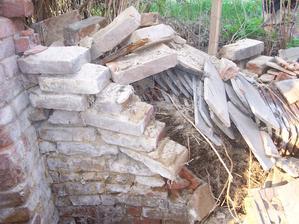 Kolem zdi byla položená řada křidlic - bobrovky i novější francouzské. Asi na zpevnění svahu.
