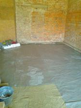 8.4.2013 Chystání na vylívání betonu. Navožena vrstva písku a přes ni izolace (igelit).