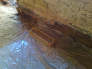 Míra výšky podkladního betonu - zabetonovaný bedňák.
