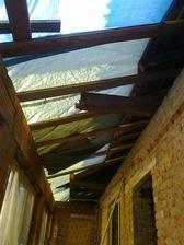 Museli jsme střechu opět zakrýt, aby nám nepršelo do vylitého betonu.