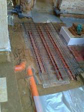 Konstrukce na zalití studny.