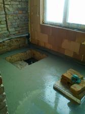 Vylitý beton kolem vodárny a otvoru do studny.