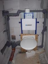 WC - dočasná mísa přichycená na osb desku, aby se nepoškodily nějaké šroubky či co, když ještě není geberit obezděný (velká finta :-D)