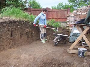 Odkopáváme na budoucí pergolu, u cihel končila původní zeď, rozšířili jsme o metr a půl.