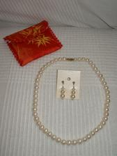 Pravé perličky dovezené od budoucí tchýně z Vietnamu (stály tři miliony dongú :D ) a bižu náušničky.