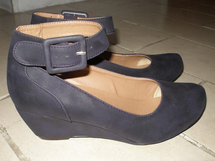 Hledám fialové boty s nízkým podpatkem - Tyto jsem si koupila, není to úplně ono, ale jsou ohromně pohodlné.. Budu nosit i normálně! Barva je tmavě fialová...