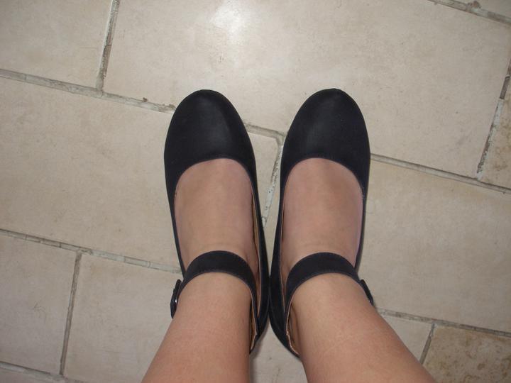 Hledám fialové boty s nízkým podpatkem - Takové úžasné papučky. Jestli neseženu jiné, tak na ně přidělám mašli.
