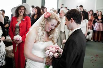 Velmi vtipný okamžik, nevěsta se tak hrnula do vdávání, že vyhrkla ANO hned po Berete si.... :-D