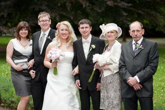 rodiče ženicha a bratr s přítelkyní