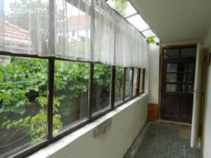 Malý dvorek, za domem je ještě 300 m2 zahrada.