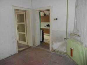 Zeď vlevo se zbourá, dveře vpravo se zazdí a z okna se udělají dveře.
