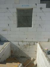 okno na chodbe je trocha vysoko, ale manzel slubil, ze ho bude umyvat on :)
