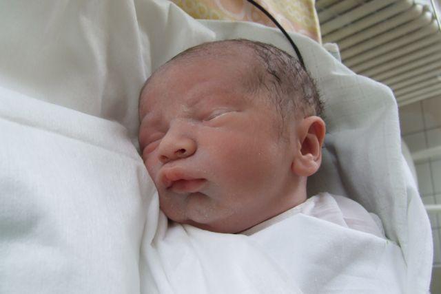 Zuzana Serdahelyová{{_AND_}}Rastislav Držka - Ale to najvacsie stastie na nas este len cakalo...tu je nas prekrany chlapcek Lukasko, ktoreho sme splodili 5 mesiacov po svadbe, narodil sa planovanym cisarskym rezom 23.6.2008 o 9,08 hod. a na tejto fotografii ma presne 50 minut