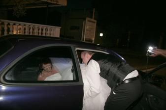 Takto nevestu tlačili do auta únoscovia..