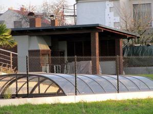 a přesně takovej zahradní domek s grilem, udírnou a vařičem chci!!!!