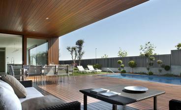 krásné patio a i ta zahrada je fajn