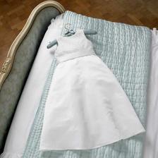A tohle jsou šaty pro malou družičku....