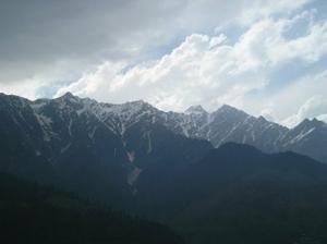 Jestli jsemhledala dobře, tak i přes tyto hory bychom měli mít track...